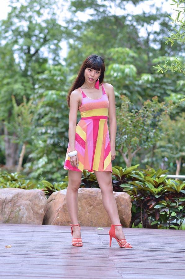 Piękna i płeć Azjatycka dziewczyna pokazuje ona młodości w parku obrazy stock