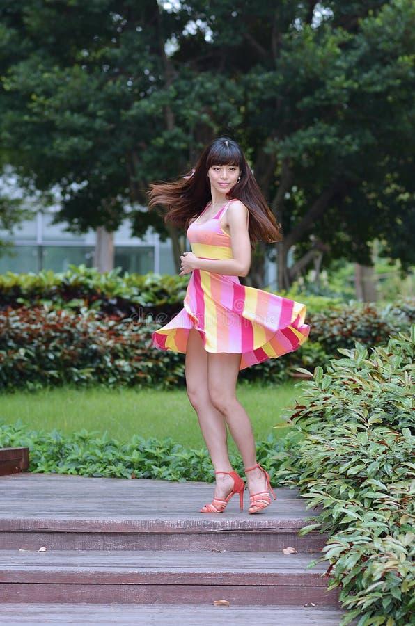 Piękna i płeć Azjatycka dziewczyna pokazuje ona młodości w parku zdjęcia royalty free