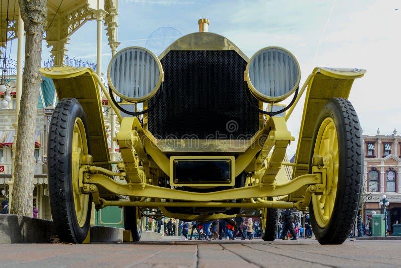 Piękna i stara Cadillac terenówka 1912 z szprychami drewniani koła obraz stock