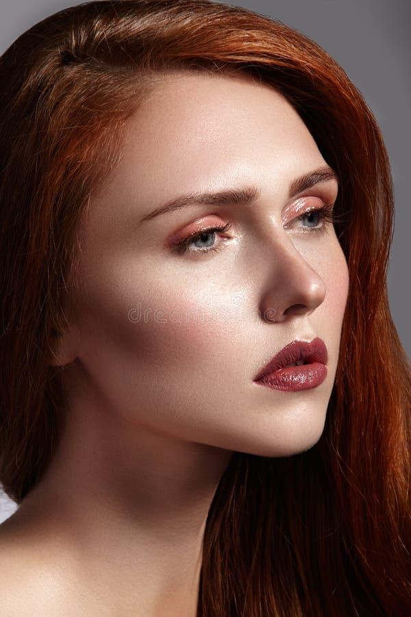 Piękna imbirowa młoda kobieta z luksusowym włosianym stylem i moda glancujemy makeup Piękna zbliżenia seksowny model z czerwonym  obraz stock