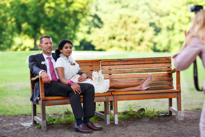 Piękna indyjska panna młoda i caucasian fornal po ślubnego ceremon zdjęcia royalty free