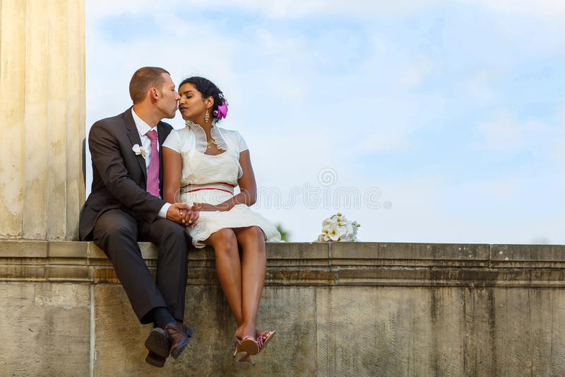 Piękna indyjska panna młoda i caucasian fornal po ślubnego ceremon fotografia stock