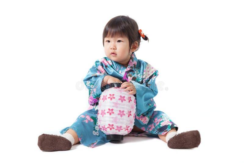 Piękna japońska kimonowa mała dziewczynka odizolowywająca na białym backgrou zdjęcia royalty free