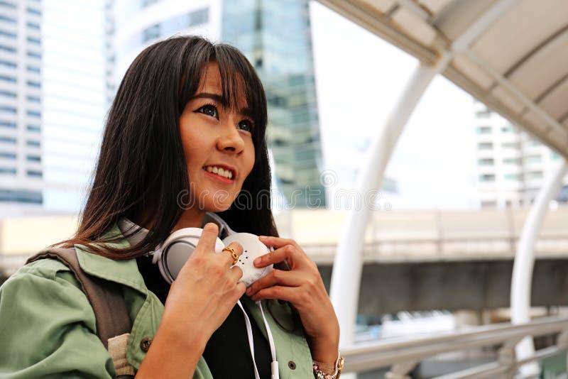 Piękna jeden kobieta szczęśliwa i podróżuje w stolicie na chodzącej ulicie obraz stock
