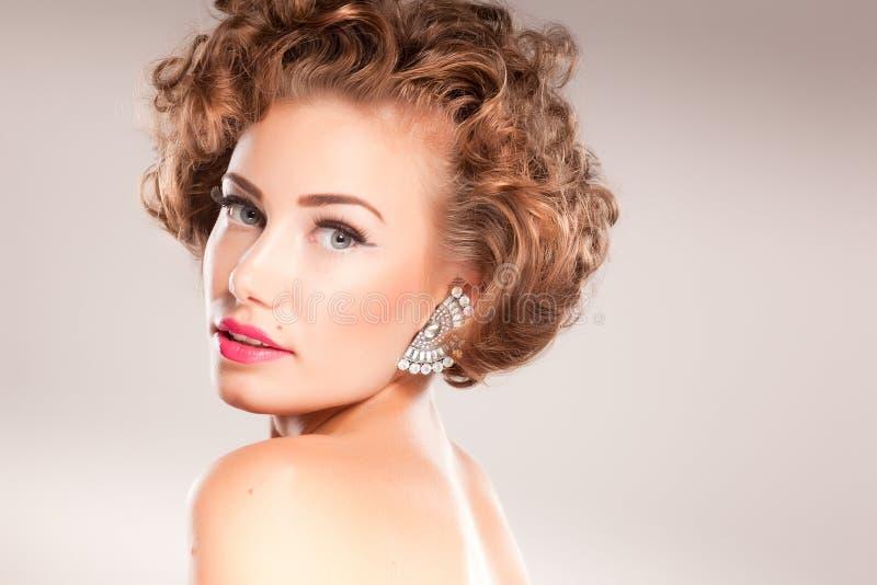 piękna kędzierzawego włosy portreta kobieta zdjęcie royalty free