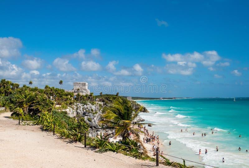 Piękna Karaibska linia brzegowa i antyczne Majskie ruiny Tulum przegapia plażę w Meksyk obrazy royalty free