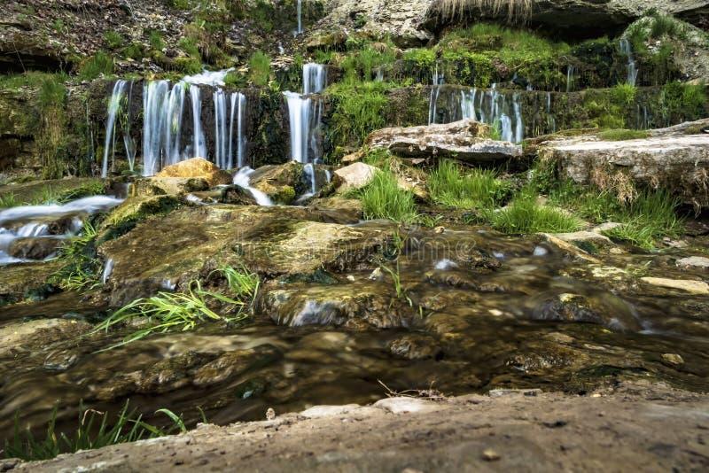 Piękna kaskada mała siklawa z ruchem woda zdjęcia royalty free