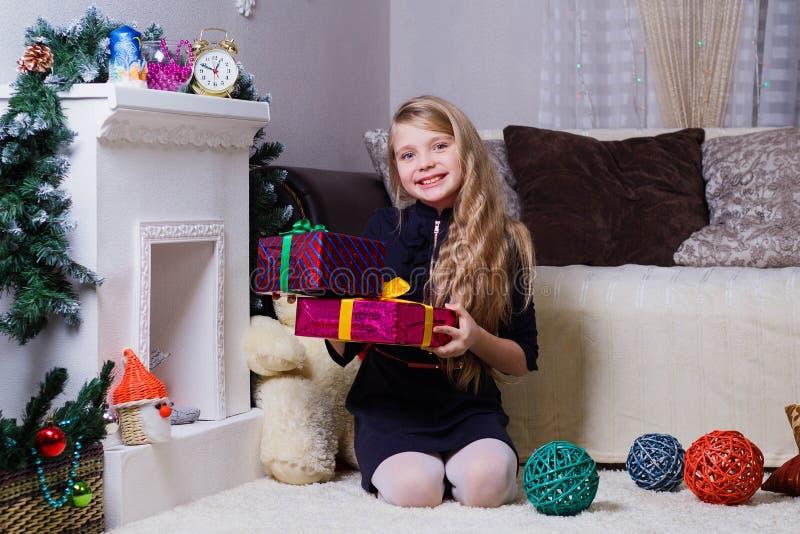 Piękna Kaukaska białogłowa dziewczyna pozuje blisko graby, bożych narodzeń i nowego roku nastroju, zdjęcia royalty free