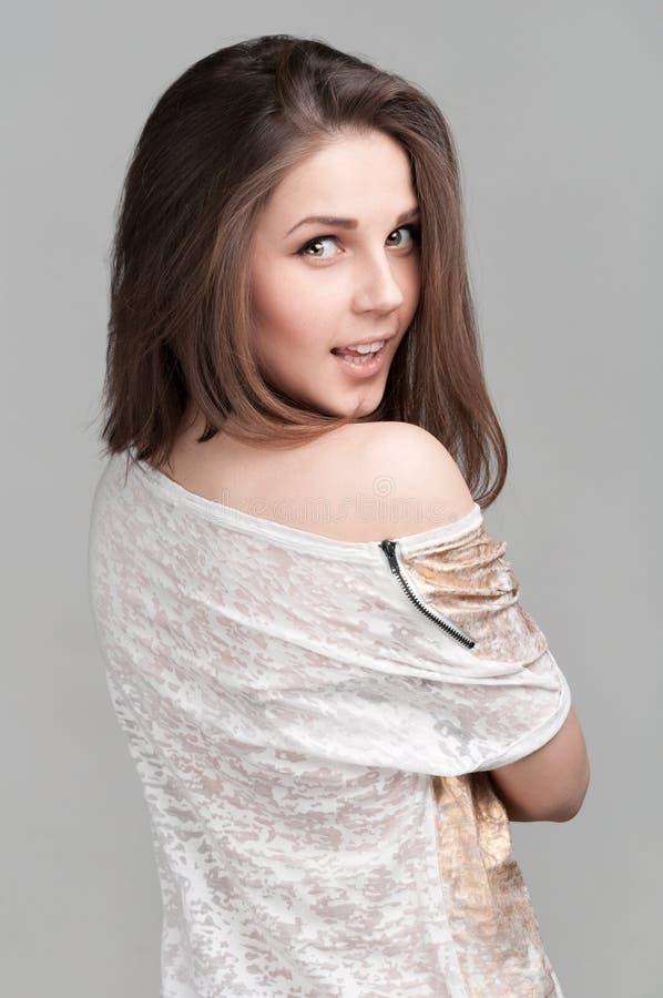 Piękna dziewczyna na szarym tle obrazy royalty free