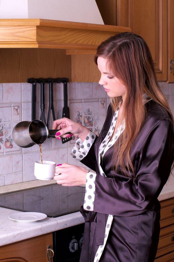 piękna kawowa kobieta robi potomstwom obrazy royalty free