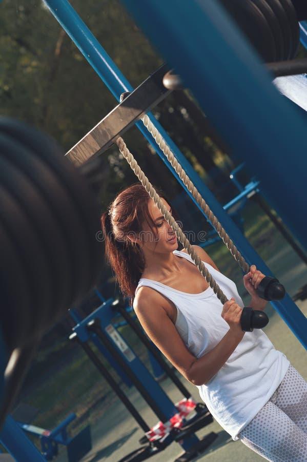 Piękna kobieta ćwiczy w outdoors symulancie fotografia stock
