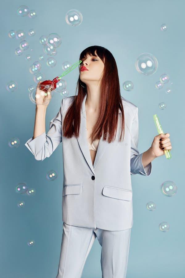 Piękna kobieta świętuje przyjęcia urodzinowego ma zabawę śmia się torty i je pod latającymi confetti dziewczyny ja target830_0_ t fotografia royalty free