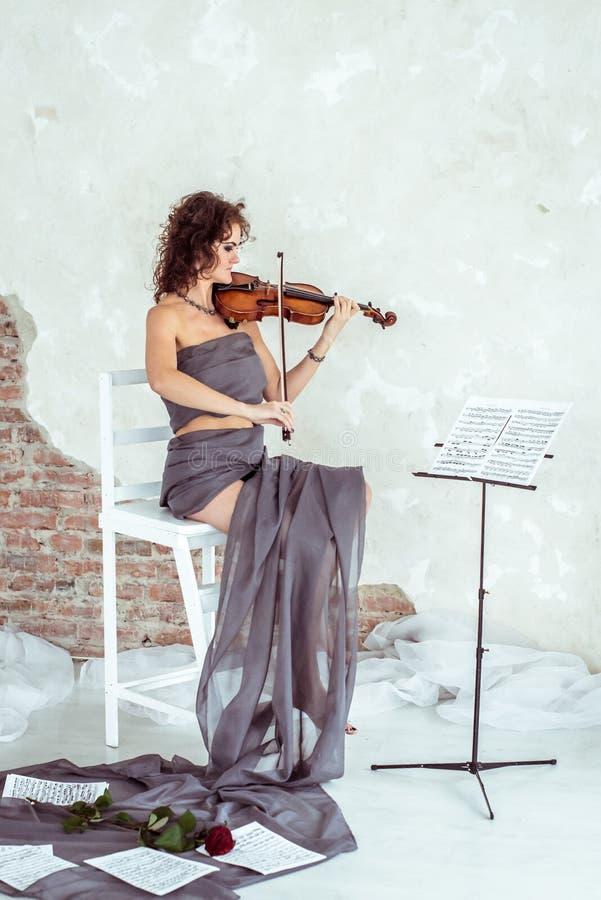 Piękna kobieta Bawić się skrzypce ilustracji