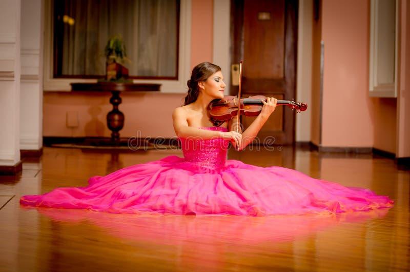 Piękna kobieta bawić się skrzypce z dużą suknią zdjęcia stock