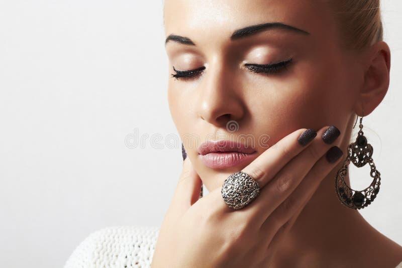 Piękna kobieta. Biżuteria i Beauty.girl.ornamentation.liquid piasek manicure.hairless fotografia stock