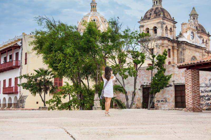 Piękna kobieta bierze obrazki z jej telefonem komórkowym przy ścianami otacza kolonialnego miasto Cartagena De Indias obraz royalty free