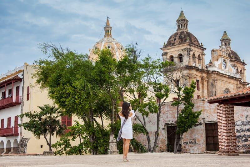 Piękna kobieta bierze obrazki z jej telefonem komórkowym przy ścianami otacza kolonialnego miasto Cartagena De Indias zdjęcie royalty free