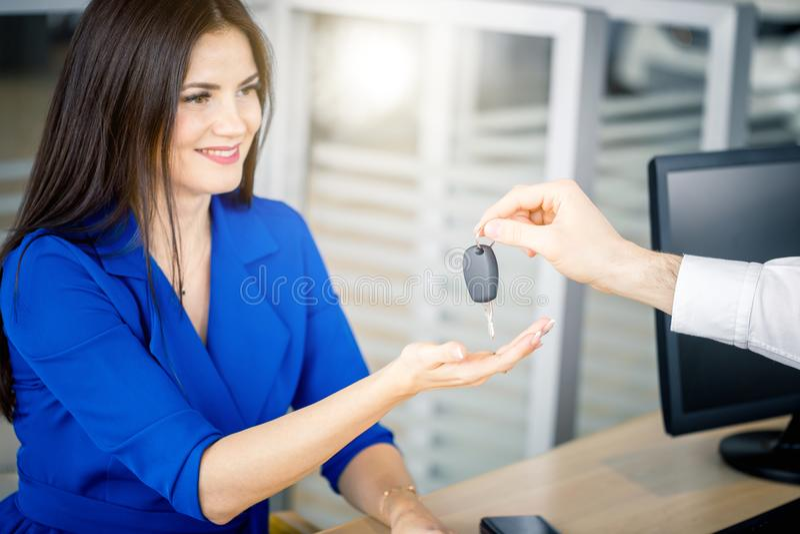 Piękna kobieta bierze samochodu klucz od handlowa obraz royalty free