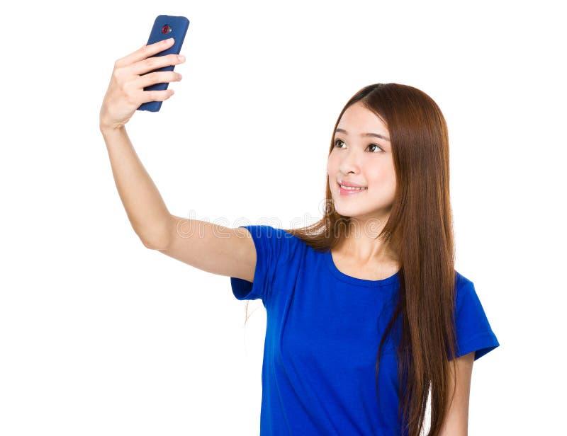 Piękna kobieta bierze selfie z smartphone fotografia royalty free