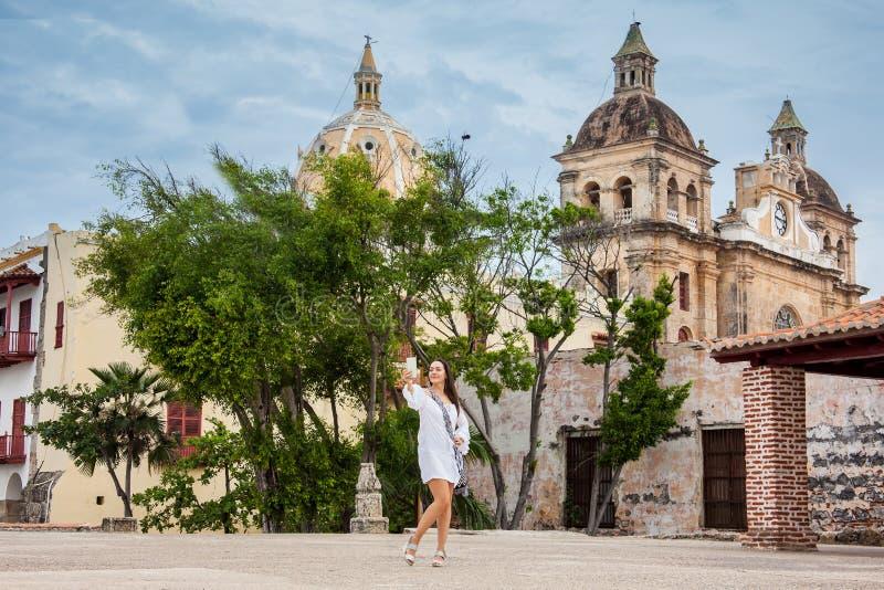 Piękna kobieta bierze selfies przy ścianami otacza kolonialnego miasto Cartagena De Indias obrazy royalty free