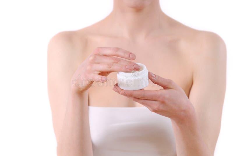 Piękna kobieta bierze skóry opieki produkt obrazy stock