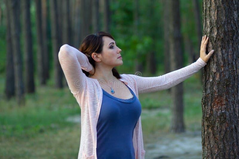 Piękna kobieta blisko drzewa w parku obrazy stock