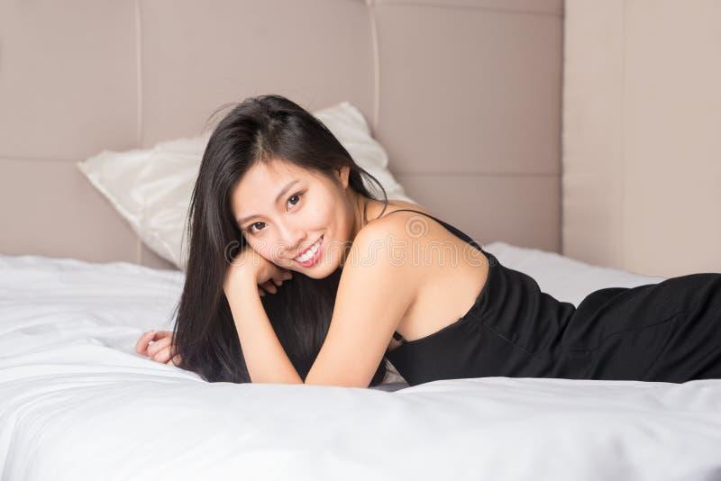 Piękna kobieta chłodzi w domu obrazy royalty free