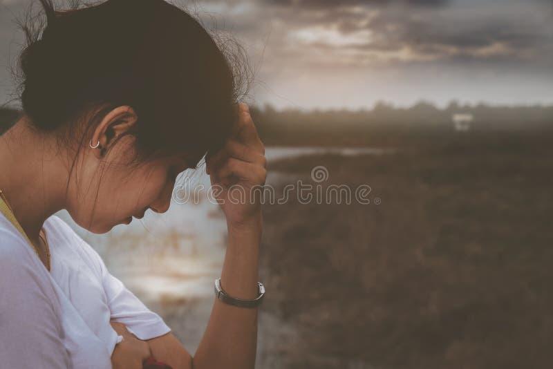Piękna kobieta chodzi samotnie z nieszczęśliwym zdjęcie stock