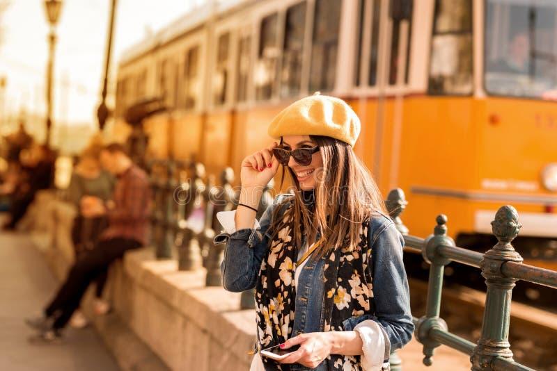 Piękna kobieta cieszy się Europejskiego miasto zdjęcie stock
