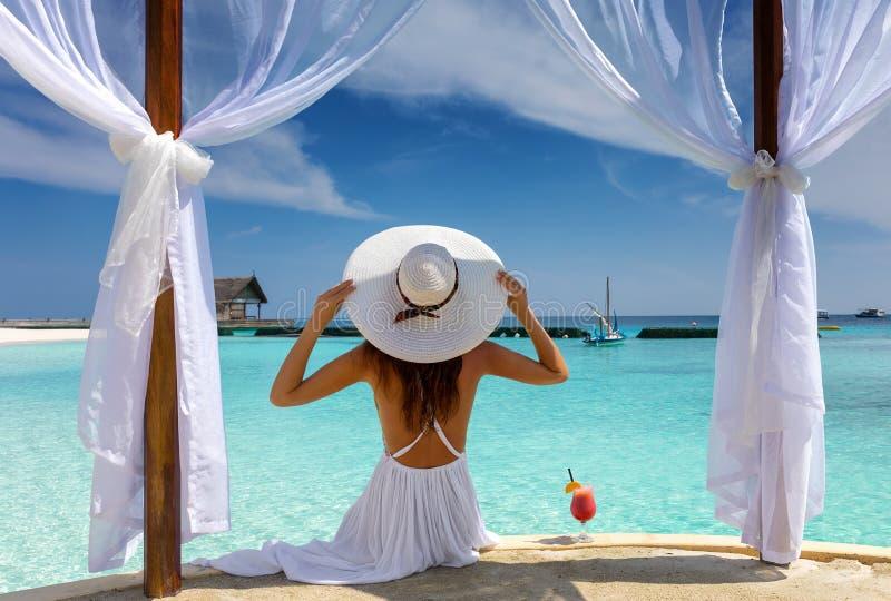 Piękna kobieta cieszy się jej wakacje letni w zwrotnikach obraz royalty free