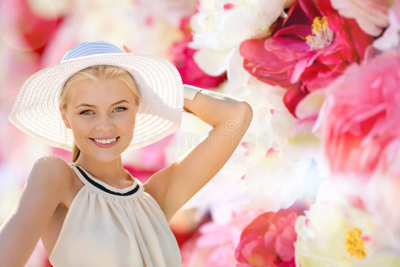 Download Piękna Kobieta Cieszy Się Lato Outdoors Obraz Stock - Obraz złożonej z szczęście, femaleness: 57655289