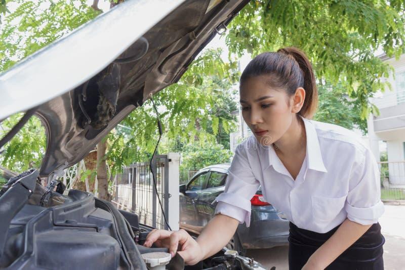 Piękna kobieta czeka samochodu szkoda w domu obraz royalty free