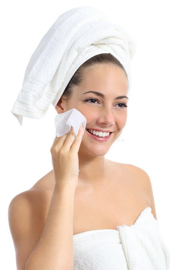 Piękna kobieta czyści jej twarz z dziecka wytarciem fotografia stock