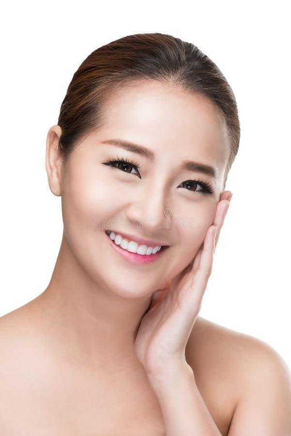 Piękna kobieta dba dla skóry twarzy - pozujący przy pracownianym isola zdjęcie stock