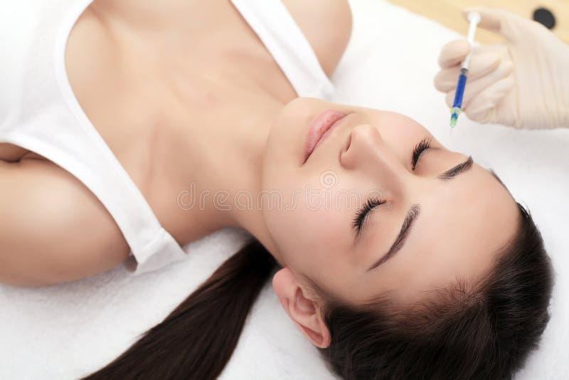 Piękna kobieta dostaje podnośnego botox zastrzyka w czole Zakończenie kobiety hyalurowego kwasu zastrzyk zastrzyki skóry rejuvena zdjęcie stock