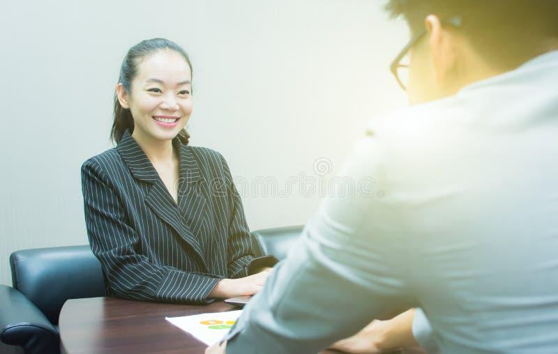 Piękna kobieta dostaje wywiad dla nowej pracy zdjęcie royalty free