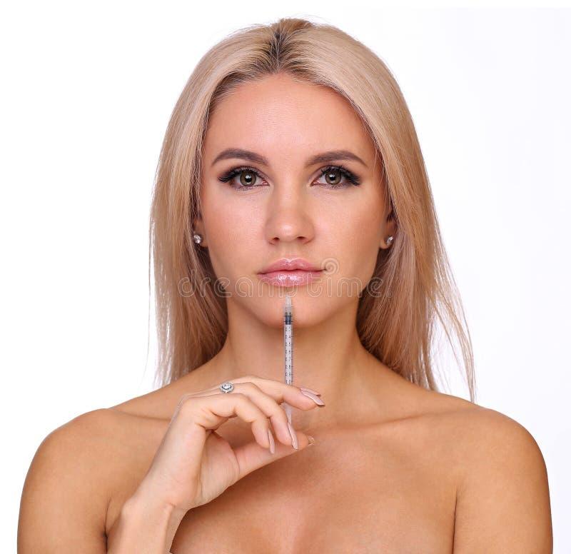 Piękna kobieta dostaje zastrzyka w jej wargach fotografia royalty free