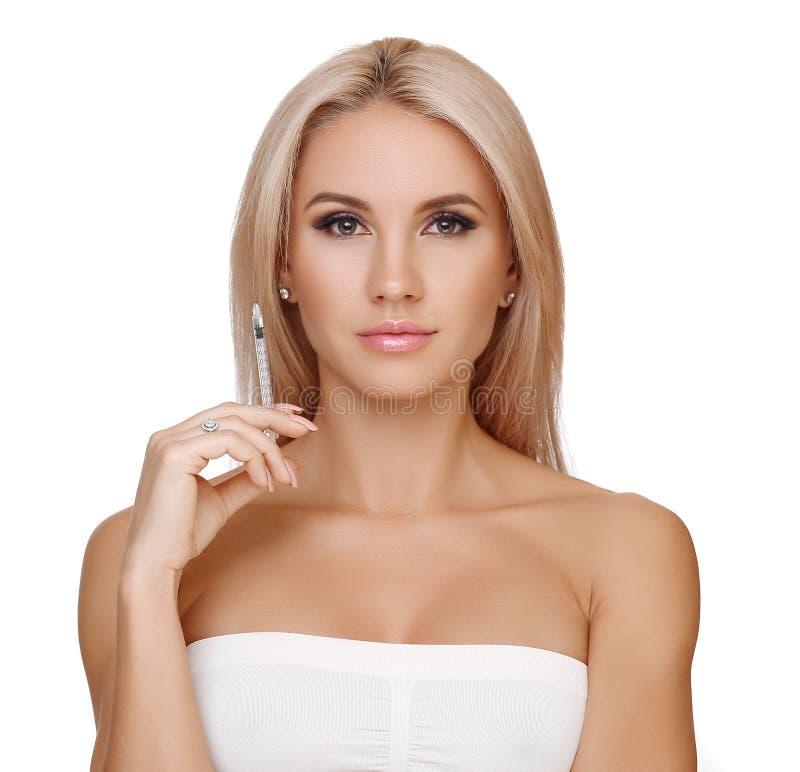 Piękna kobieta dostaje zastrzyka w jej wargach zdjęcia royalty free