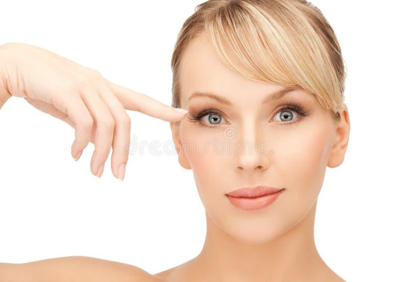 Piękna kobieta dotyka jej oko teren obraz stock