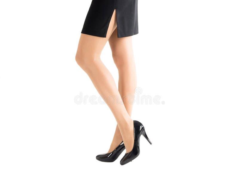 Piękna kobieta iść na piechotę w klasycznych czarnych butach i kolorów skóry rajstopy odizolowywających na, białym, bocznym widok zdjęcia royalty free