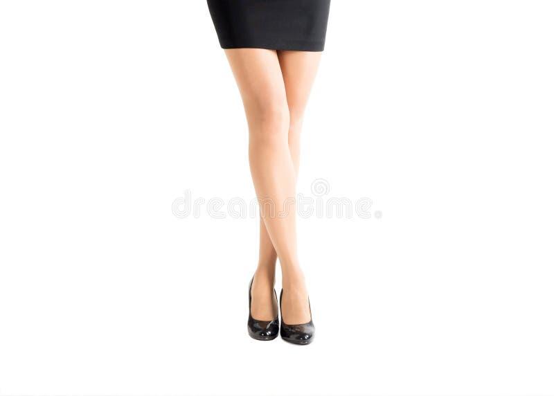 Piękna kobieta iść na piechotę w klasycznych czarnych butach i kolorów skóry rajstopy odizolowywających na bielu, obraz royalty free