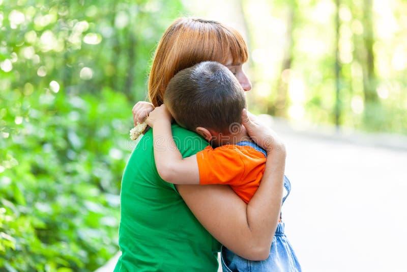 Piękna kobieta i jej mały syn zdjęcie stock