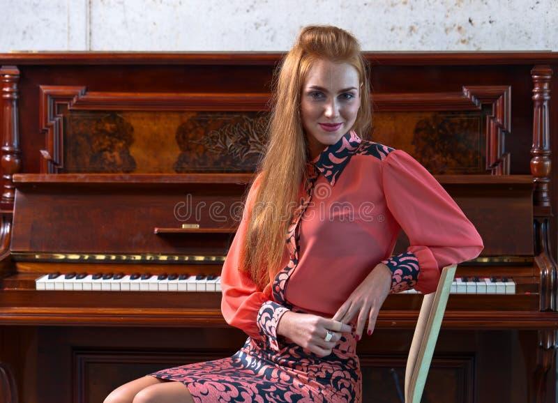 Piękna kobieta i stary pianino obraz royalty free