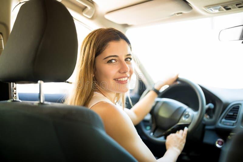 Piękna kobieta jedzie jej samochód obraz stock