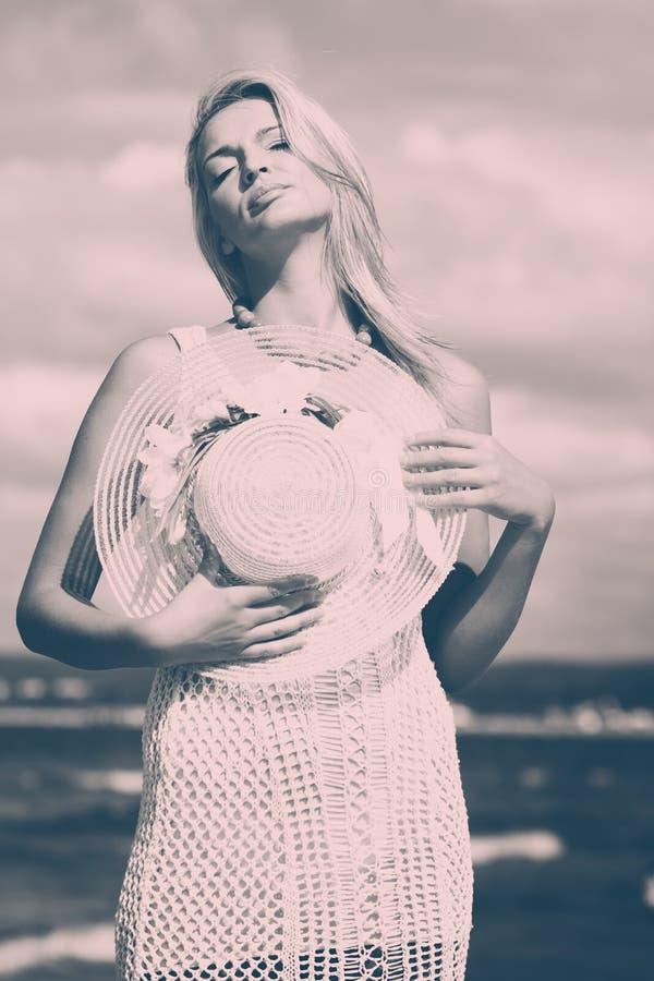 Piękna kobieta jest ubranym biel suknię, nieba tło obrazy royalty free