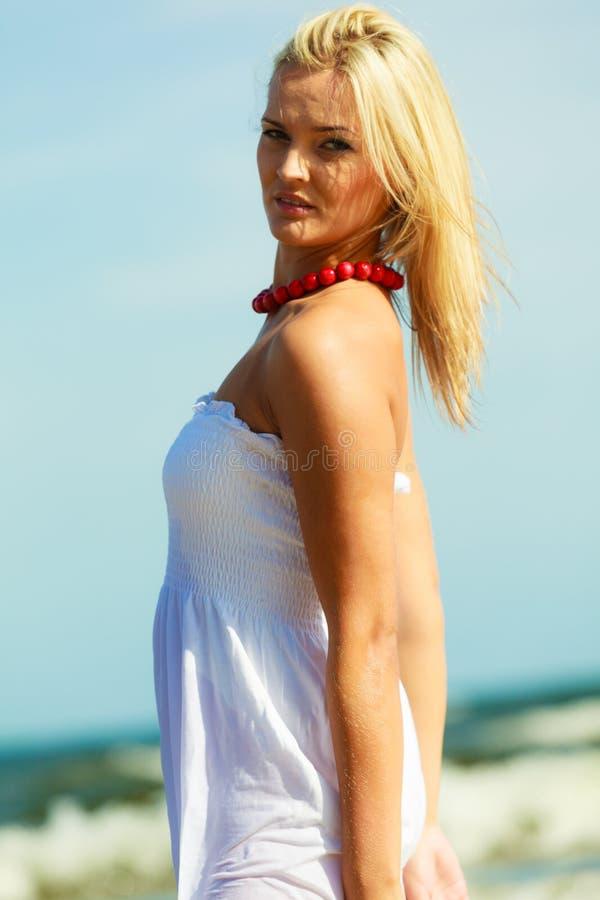 Piękna kobieta jest ubranym biel suknię, nieba tło zdjęcia royalty free