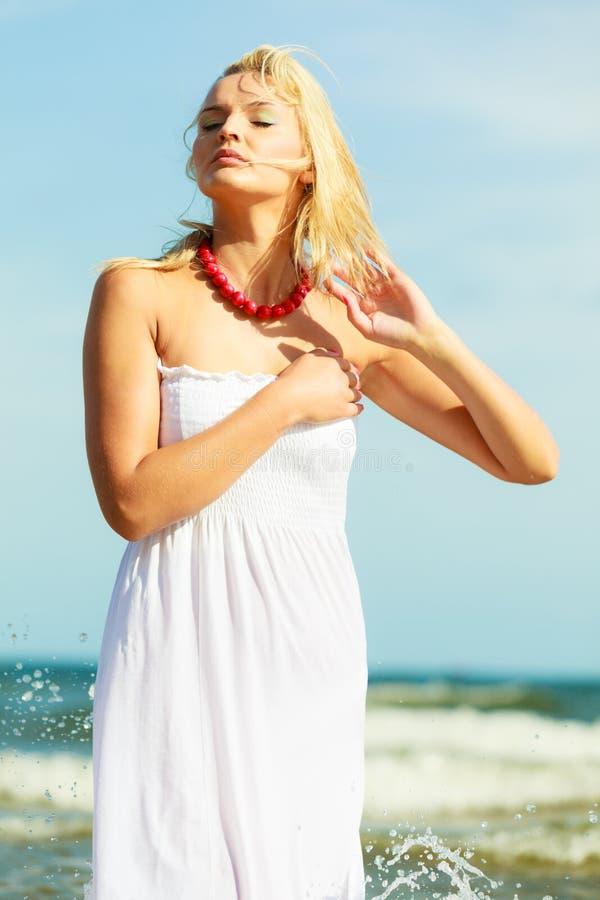 Piękna kobieta jest ubranym biel suknię, nieba tło zdjęcie royalty free