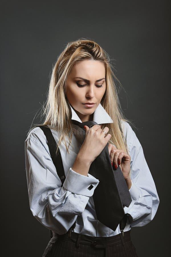 Piękna kobieta jest ubranym czarnego krawat zdjęcie stock