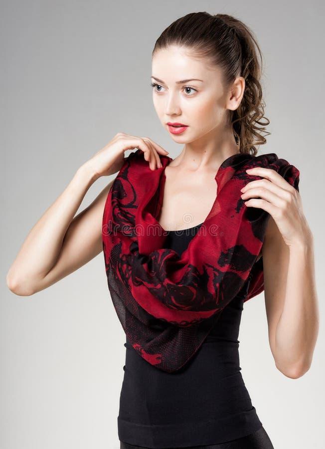 Piękna kobieta jest ubranym czerwonego Kashmir szalika zdjęcie royalty free