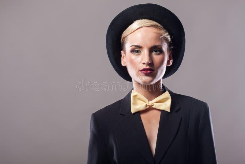Piękna kobieta jest ubranym kapelusz na szarym tle zdjęcia royalty free